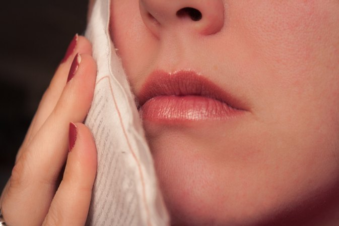 How to Ease Swelling of a Cheek Due to a Toothache