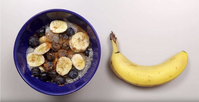 How to Make a Banana and Blueberry Chia Breakfast Bowl