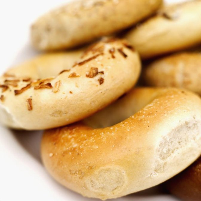 How Many Calories in a Bagel With Peanut Butter?
