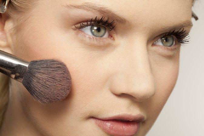 Applying eye makeup for green eyes