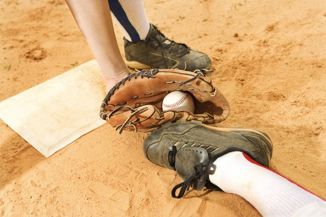 How to Figure a Catcher's Mitt Size From Glove Size