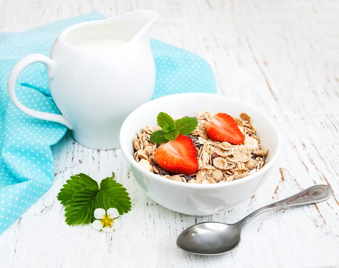 How to Gain Weight by Eating Oatmeal & Drinking Milk