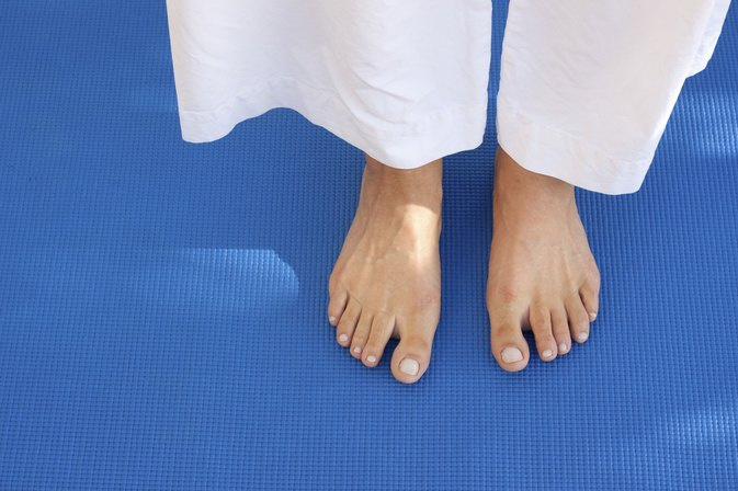 What Are Symptoms of Fungus Under the Toenail?