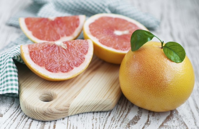 Benefits of Using a Grapefruit Peel on the Skin