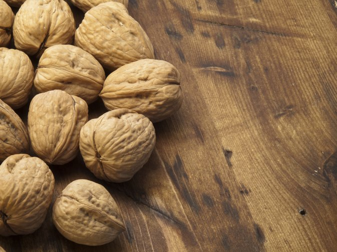 What are the Health Benefits of English Walnuts vs. Black Walnuts?