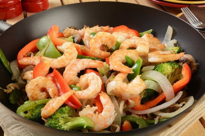 How to Stir Fry Chicken & Shrimp With Coconut Oil