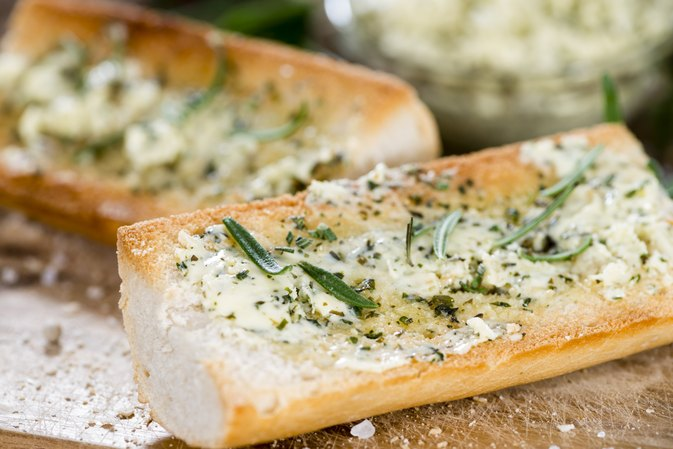 How to Make Garlic Bread Using Olive Oil & Fresh Garlic