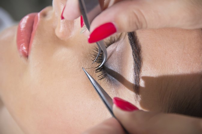 The Pros & Cons of False Eyelashes