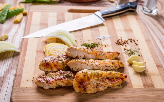 How to Grill a Boneless Chicken Breast on a Gas Grill
