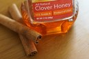 How to Use Honey & Cinnamon to Treat Skin Irritation
