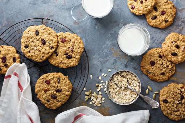 These Five-Ingredient Oatmeal Raisin Cookies Are 120 Calories Each